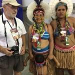 Participantes indígenas en los Jogos y Manuel Hernández